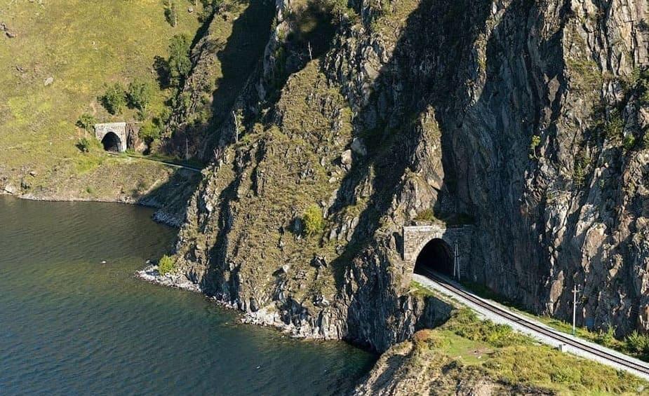 тоннели в байкальских скалах